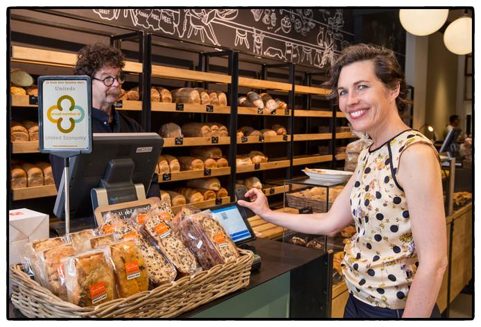 Heidi Leenaarts verdient een deel van haar inkomen in Uniteds. Die geeft ze onder meer uit bij de bakker.