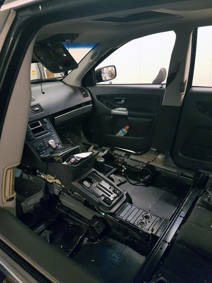 Nadat drugshond Tara de verborgen lading had geroken, werd het interieur van de Volvo XC 90 grotendeels verwijderd.