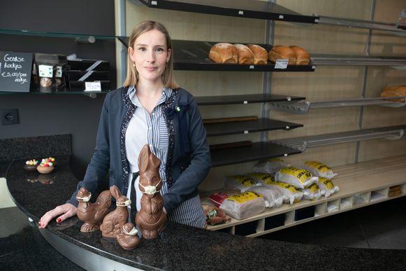 Geertrui van bakkerij Goris in Genk bij de paashazen met mondmaskers.