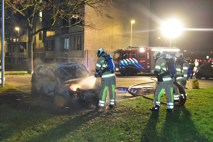 De brandweer blust de uitgebrande auto aan de Tigrisdreef in Overvecht.