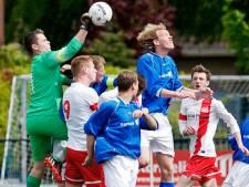 Keeper Vosseveld maakt bijzondere goal: bal waait door storm in het doel
