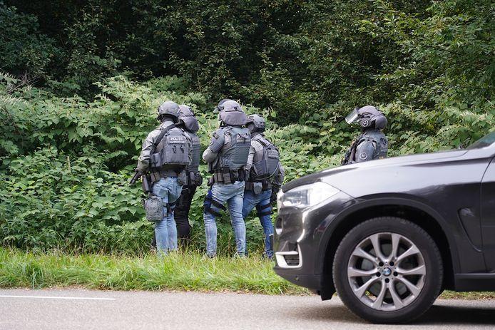 Het arrestatieteam op de Gilzerbaan in Tilburg.