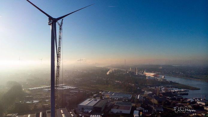 Maar één gespreksonderwerk afgelopen weekend in Zelzate: de nieuwe tweehonderd meter hoge windmolen die Luminus neerpootte op de terreinen van Jan De Nul aan de rand van natuurgebied Canisvliet.