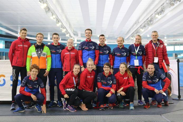 De groep schaatsers van de Hengelose IJsclub die in Heerenveen meedeed aan het NK clubs.