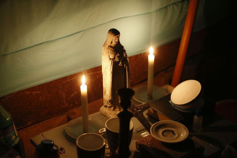 Twee kaarsen en een Mariabeeldje warmen onze slaaptent op.