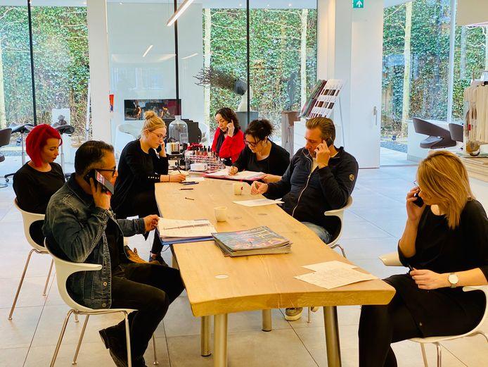 Kapper Mickel Schraven (links) belt samen met een aantal medewerkers klanten die een afspraak hadden staan.