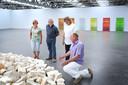 Hoewel het Museum de Pont reeds een kwart eeuw bestaat zijn er nog steeds Tilburgs die er voor de eerste keer komen. Waaronder Albert de Pont (tweede van links), familie van - inderdaad - oprichter en naamgever Jan de Pont. Het werk op de voorgrond, Planet Circel, van Richard Long maakt onderdeel uit van de vaste collectie.