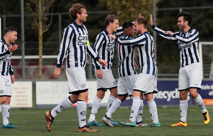 De spelers van Neptunes-Schiebroek bejubelen een doelpunt.