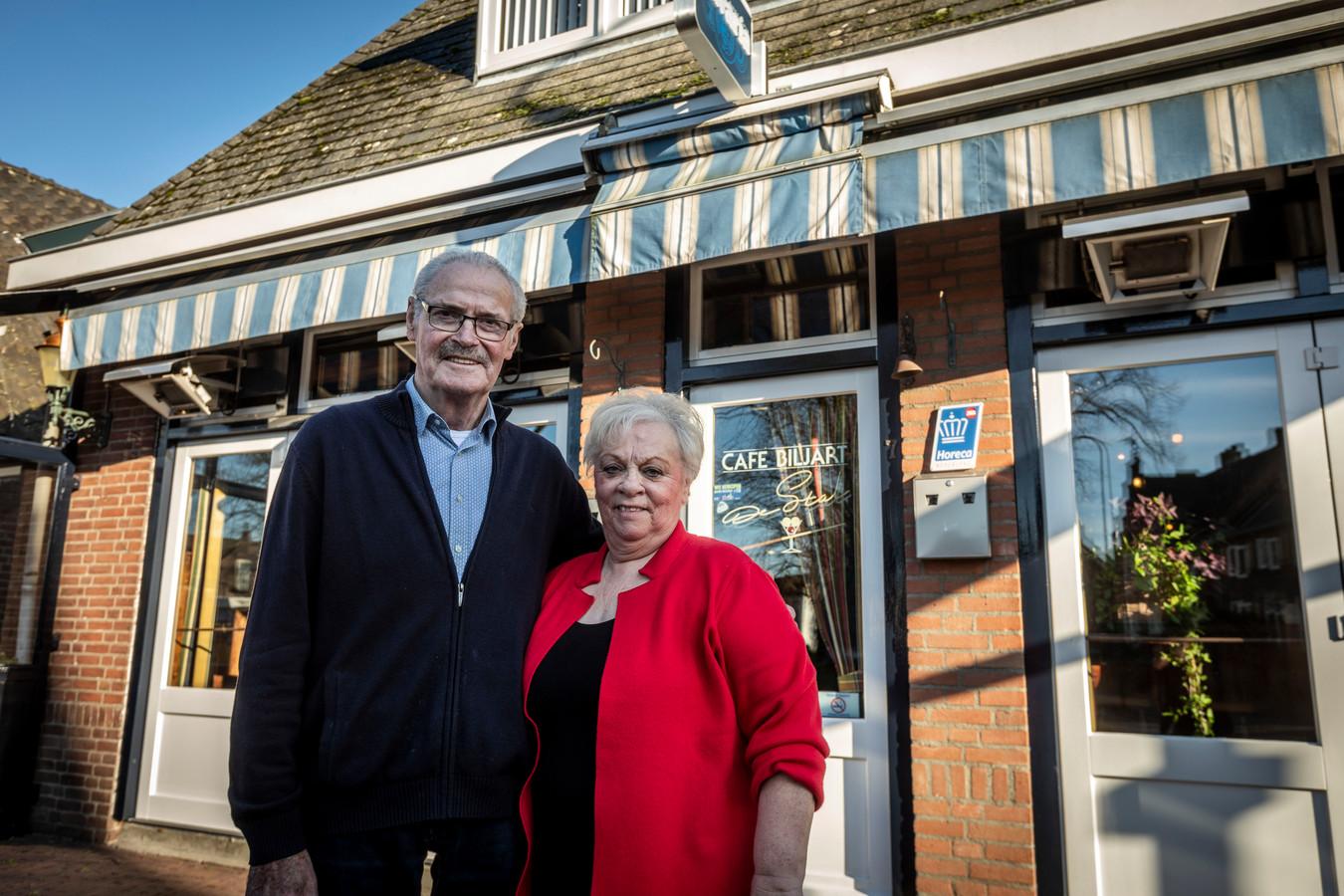 Martien (links) en Gerrie van Vlerken vieren het 50-jarig bestaan van hun Café De Stal in Aarle-Rixtel.