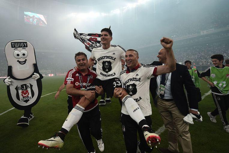 De Duitse topscorer Mario Gomez gaat op de schouders in Istanboel. Beeld afp