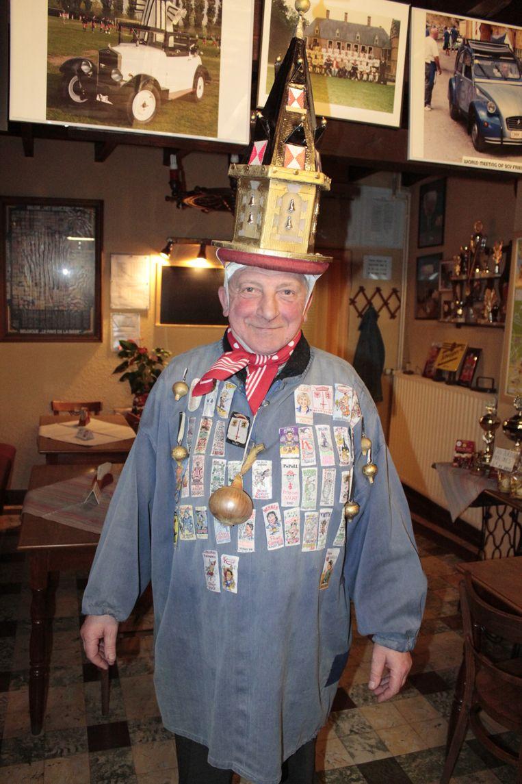 Julien De Cock 'erfde' het kostuum en de hoed van ajuinboer Fons De Smet.