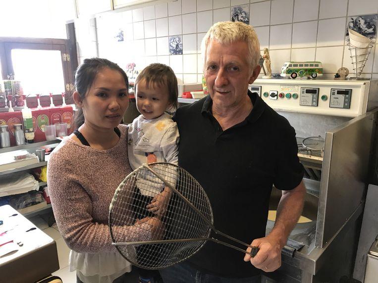 Ivo Ooms (63) met vrouw Pronmatha (36) en zoontje Jacky (2 jaar en 8 maanden)
