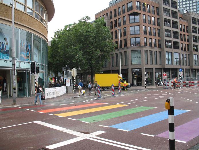 Utrecht heeft een regenboogzebrapad op de Lange Viestraat in het centrum.