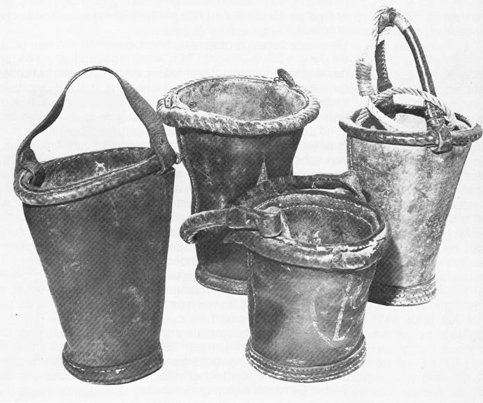 Leren blusemmers. Oss kocht er twaalf in 1754, drie jaar na de stadsbrand.