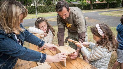 Kinderen bouwen nestkastjes
