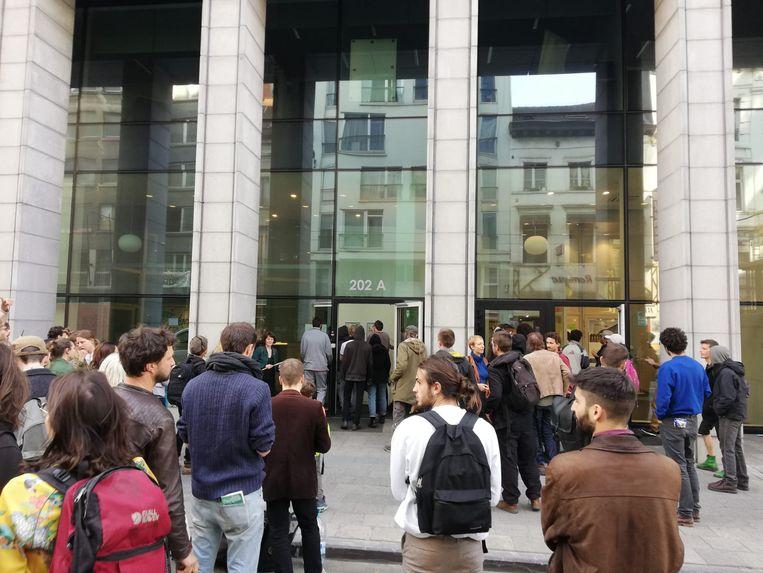 De betogers drongen het gebouw even binnen.