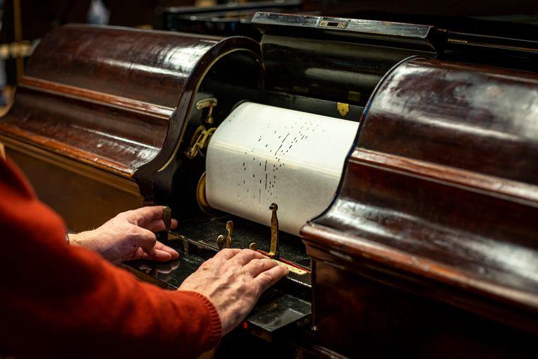 """De """"aeolian"""" / pianola van het pianolamuseum met Jan Bouman.  Beeld Bart van Tienen"""