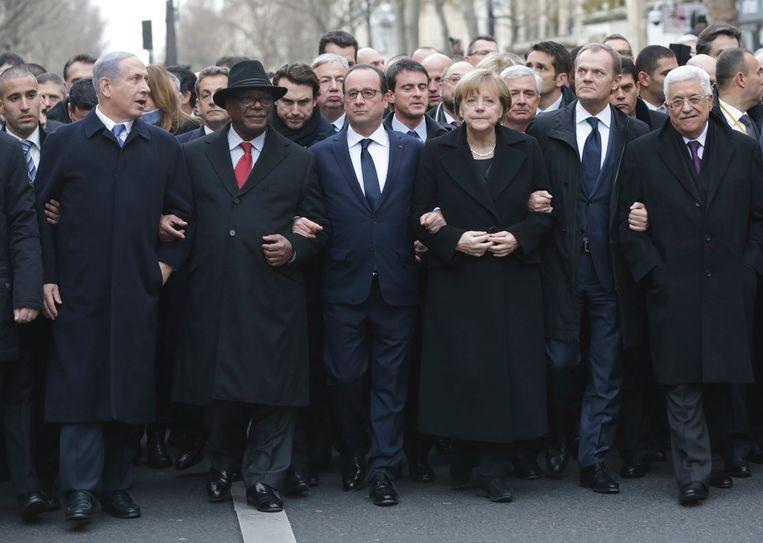 Van links naar rechts: de Israëlische premier Benjamin Netanyahu, de voormalige Franse president Nicholas Sarkozy, de Malinese president Ibrahim Boubacar Keita, de Franse president François Hollande, de Duitse Bondskanselier Angela Merkel, Donald Tusk, voorzitter van de Raad van Europese regeringsleiders en de Palestijnse president Mahmoud Abbas gisteren tijdens de mars in Parijs. Beeld null