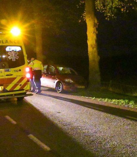 Automobilist rijdt tegen boom en raakt gewond