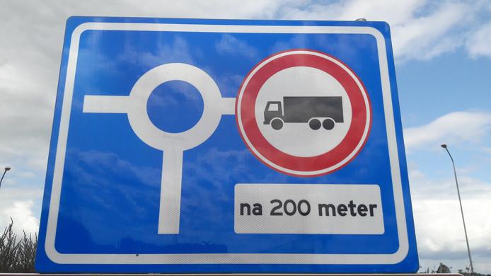 Het nieuwe verbodsbord op de rotonde voor de afslag Zevenbergschen Hoek.