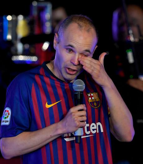 Iniesta neemt in tranen afscheid: 'Met m'n hart blijf ik in Camp Nou'