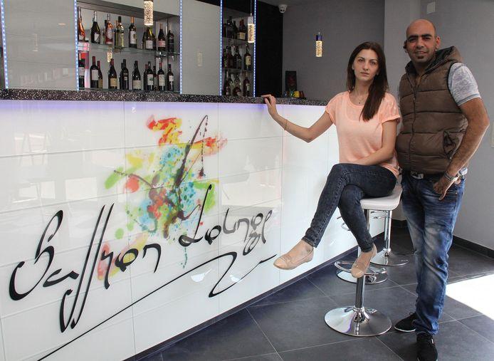 Zaakvoerder Yazir Mahmood (rechts) en manager Michelle.
