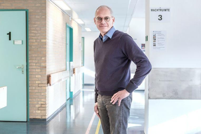 Arts Marcel Soesan werkte al bij het MC Slotervaart toen het nog een gemeenteziekenhuis was. 'Er was een gelijkwaardige sfeer: we deden alles samen, van keukenhulp tot chirurg.'  Beeld Patrick Post