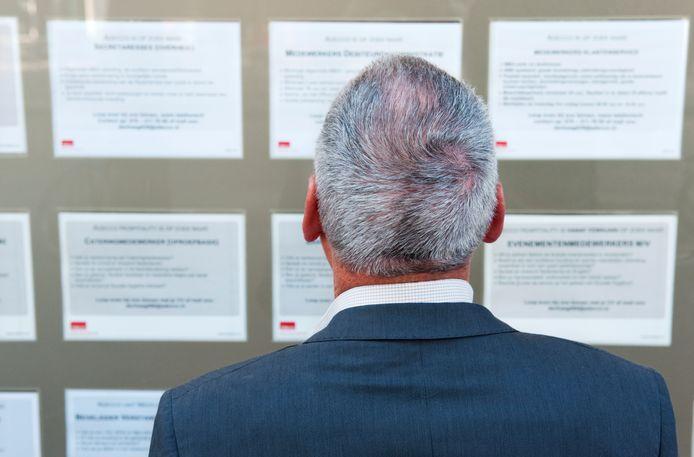 Een man kijkt naar vacatures. Foto ter illustratie.