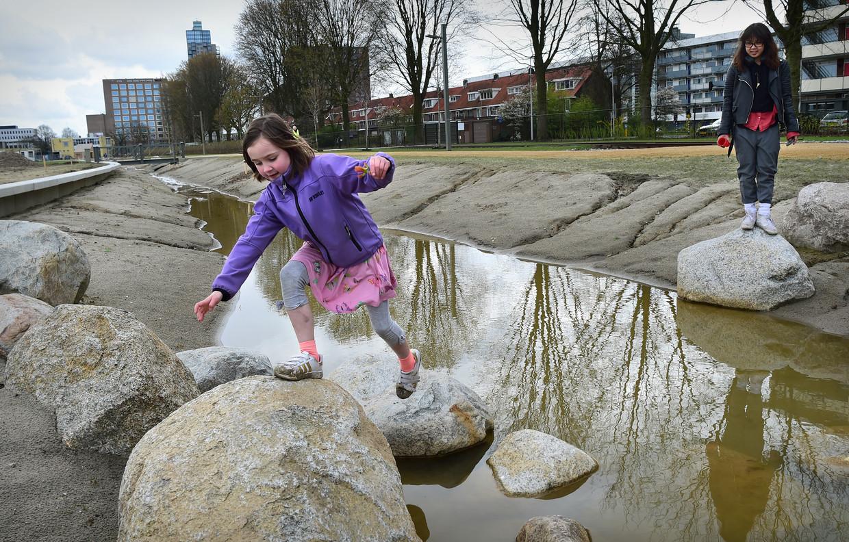 Kinderen spelen in het Spoorpark. Beeld Marcel van den Bergh / de Volkskrant