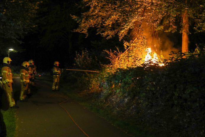 De brandweer blust het vuur in het Matenpark