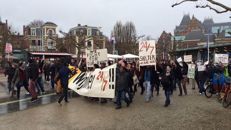 Demonstranten arriveren op het Museumplein Beeld Sophie van Oostvoorn