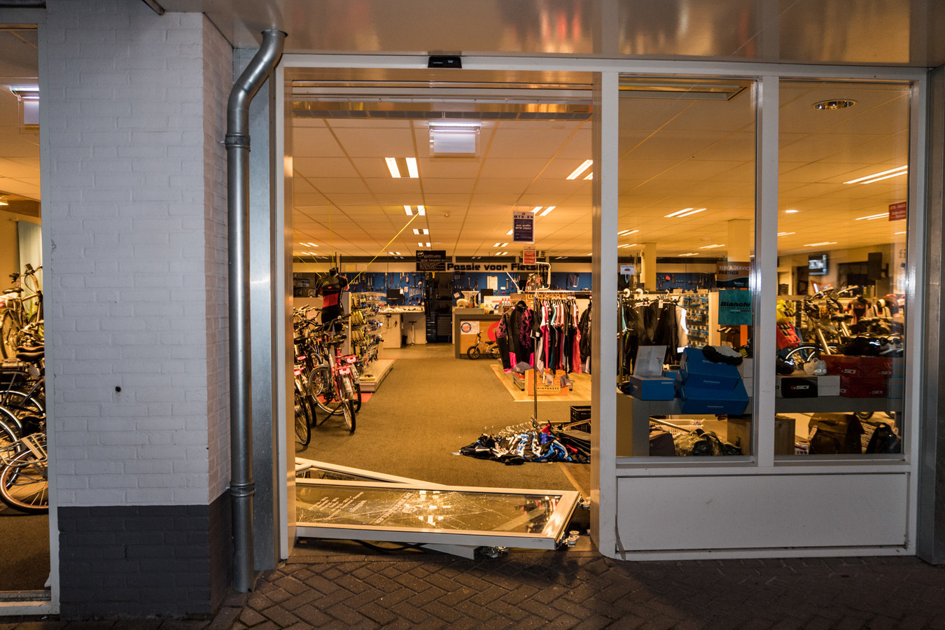 Dieven namen voor een ton aan dure fietsen mee bij fietsenzaak De Tweewieler in Udenhout.