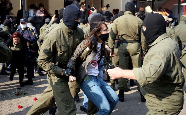 Een demonstrant die protesteert tegen de verkiezingsuitslag wordt afgevoerd door de politie.  Beeld AP