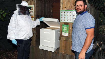 Gemeente adopteert eerste bijenvolk