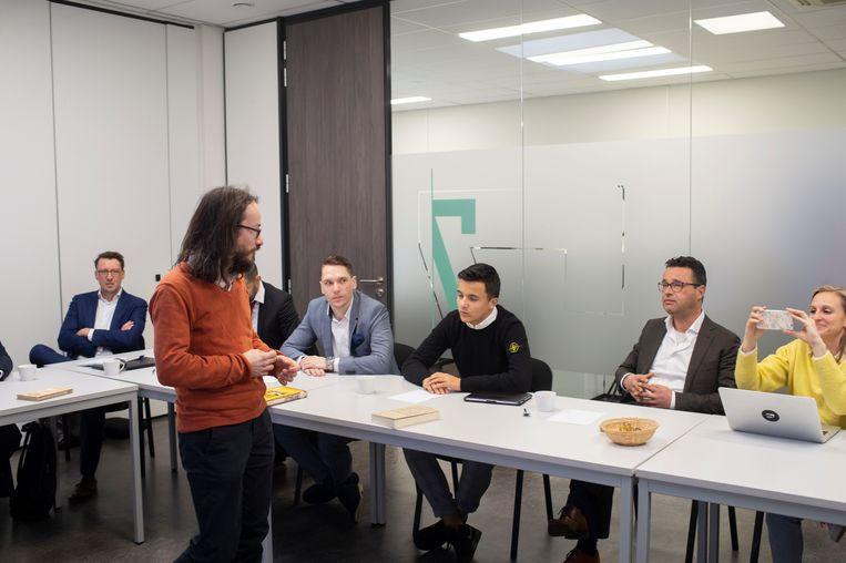 Auteur David Troch leert de medewerkers van het Nederlandse uitzendbedrijf Pro Industry hoe ze gênante situaties kunnen vermijden.