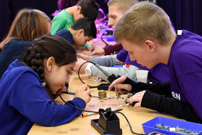 Tijdens de Techniekdriedaagse konden kinderen kennis maken met technische vakken. Binnenkort wil Woerdens Techniek Talent vanuit een eigen school meer lessen aan gaan bieden van .