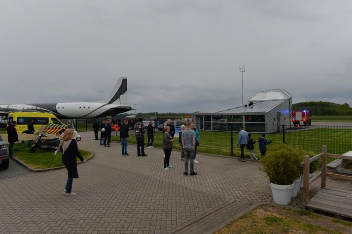 Ambulance en brandweer arriveren op vliegveld Teuge