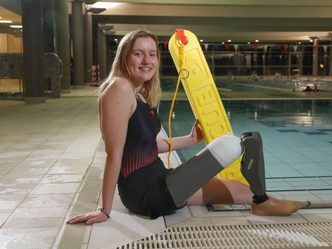 """'Surfmeisje' Sam (18) moet 24.000 euro bijleggen voor nieuwe prothese: """"Met dit been kan ik dromen waarmaken"""""""
