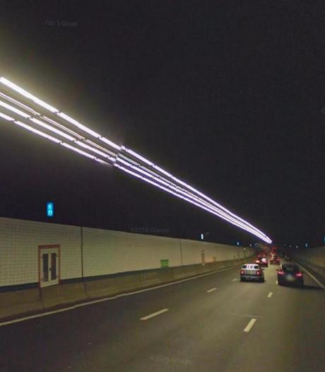Automobilist ramt twee politieauto's in Zeeburgertunnel