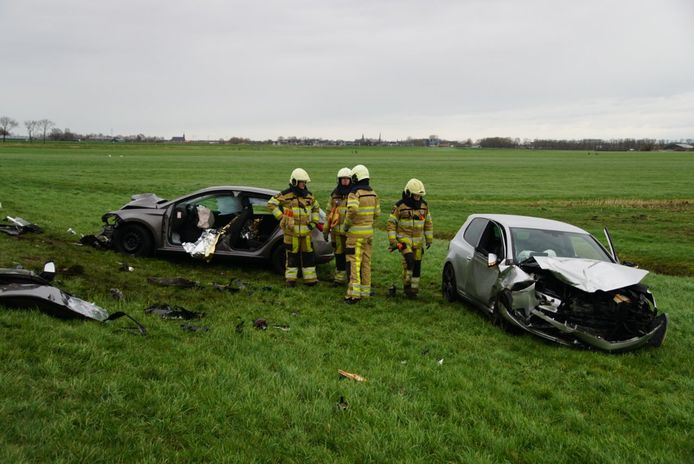 De twee auto's die frontaal op elkaar botsten, belandden zwaar beschadigd in de berm, de brandweer moest een gewonde bestuurder uit zijn auto knippen.