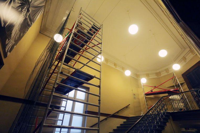 Nadat zaterdagmiddag een deel van het plafond in de schouwburg naar beneden kwam, werd na controle een grote barstgevonden in een ander plafond. Daarom hangt de stad nu preventief vangnetten.