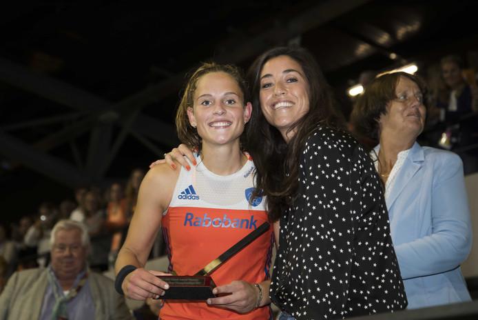 Pien Sanders werd in 2017 nog uitgeroepen tot grootst talent van het EK. Ze ontving deze prijs uit handen van Naomi van As.