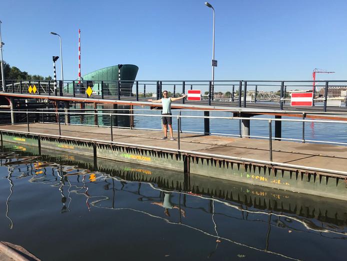Zooo groot is de boot van gaybar De Regenboog, met onder anderen 100 deelnemers uit Eindhoven, die mee gaat varen in de Gay Pride in Amsterdam.