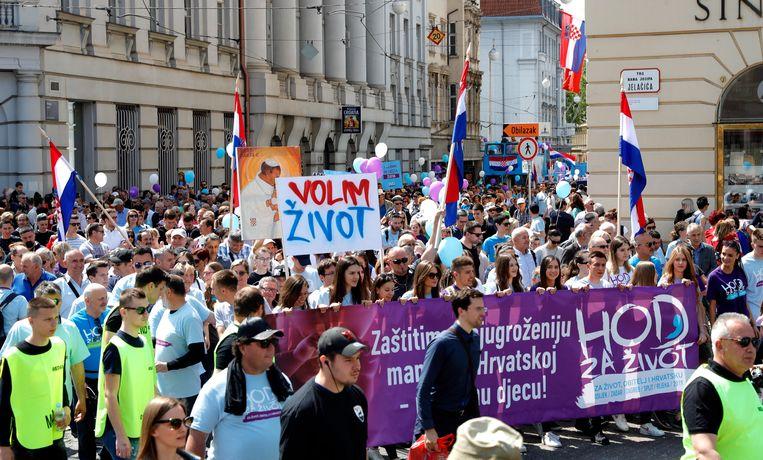Duizenden mensen hebben in drie steden van Kroatië betoogd tegen abortus.