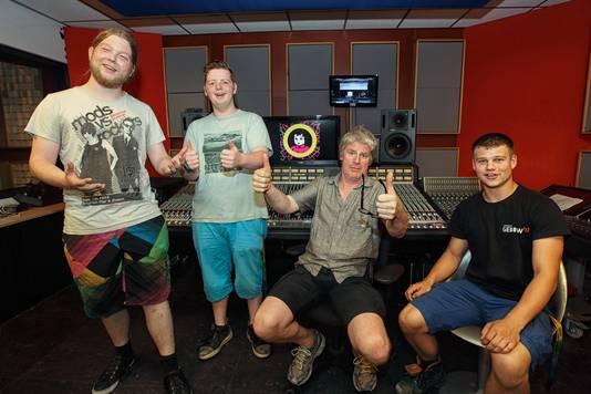 Timo Hermans, Floran Wolters, docent Cees Snellink en Rowy de Groot in de studio van Poppodium GebouwT.