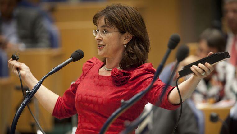 Groenlinks-fractievoorzitter Jolande Sap trekt als Geert Wilders aan het woord is, letterlijk de stekker uit een stekkerdoos tijdens het debat over de Algemene Beschouwingen in de Tweede Kamer. Beeld anp