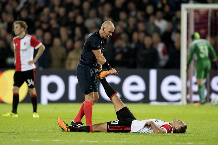 Sofyan Amrabat van Feyenoord heeft kramp.
