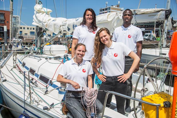 Linksboven Josefien Krijgsman, naast haar Jeseds Leesly. Linksonder Anouk de Ruijter en rechts Ingrid Heikoop. Het viertal wordt opgeleid tot Sea Ranger.