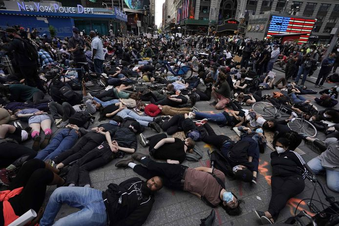 """Protestors lay on the ground with their hands behind their back in a call for justice for George Floyd in Times Square on June 1, 2020, during a """"Black Lives Matter"""" protest. - New York's mayor Bill de Blasio today declared a city curfew from 11:00 pm to 5:00 am, as sometimes violent anti-racism protests roil communities nationwide. Saying that """"we support peaceful protest,"""" De Blasio tweeted he had made the decision in consultation with the state's governor Andrew Cuomo, following the lead of many large US cities that instituted curfews in a bid to clamp down on violence and looting. (Photo by TIMOTHY A. CLARY / AFP)"""