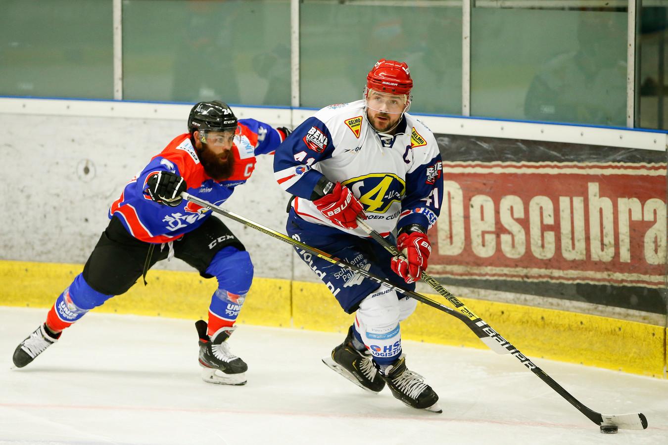 Devils-captain Levi Houkes (met de puck in bezit) in duel met Trevor Hunt van Heerenveen Flyers tijdens de bekerfinale.